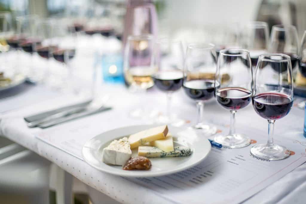 Ost och Vinprovning Västerås med fem viner och olika ostar på en provningsmall