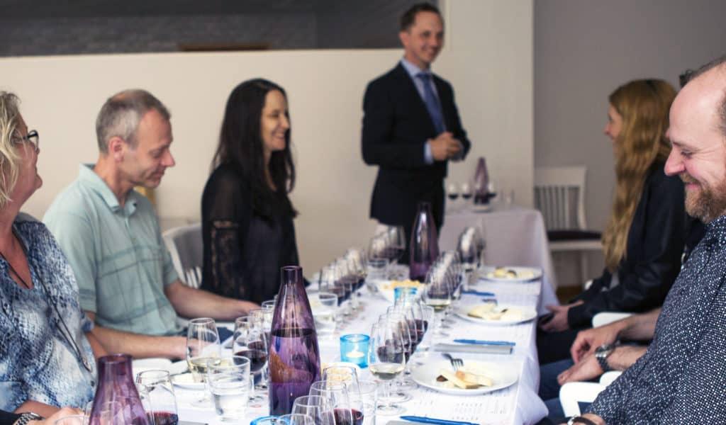 Ost och Vinprovning uppsala med glada deltagare och trevlig sommelier