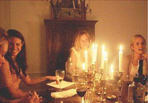 Vinprovning hemma i Stockholm i en mysig lägenheten med tända ljus