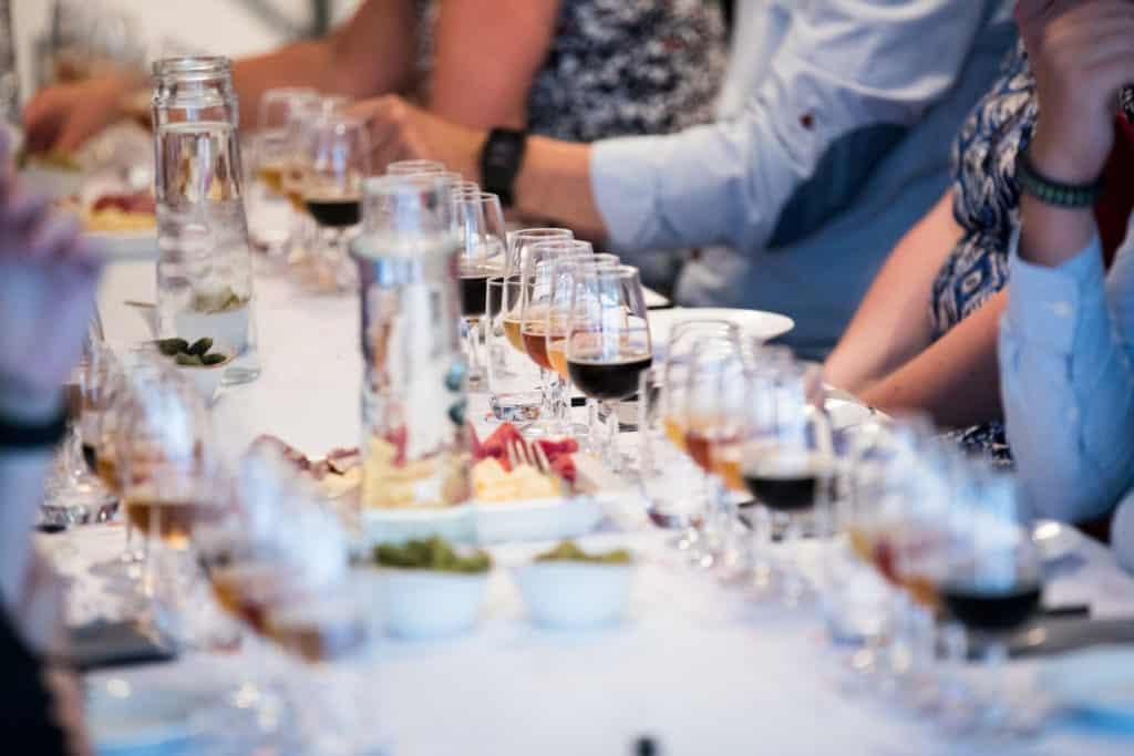 Ett fin uppdukat bord på en ölprovning med olika öler och tillebehör