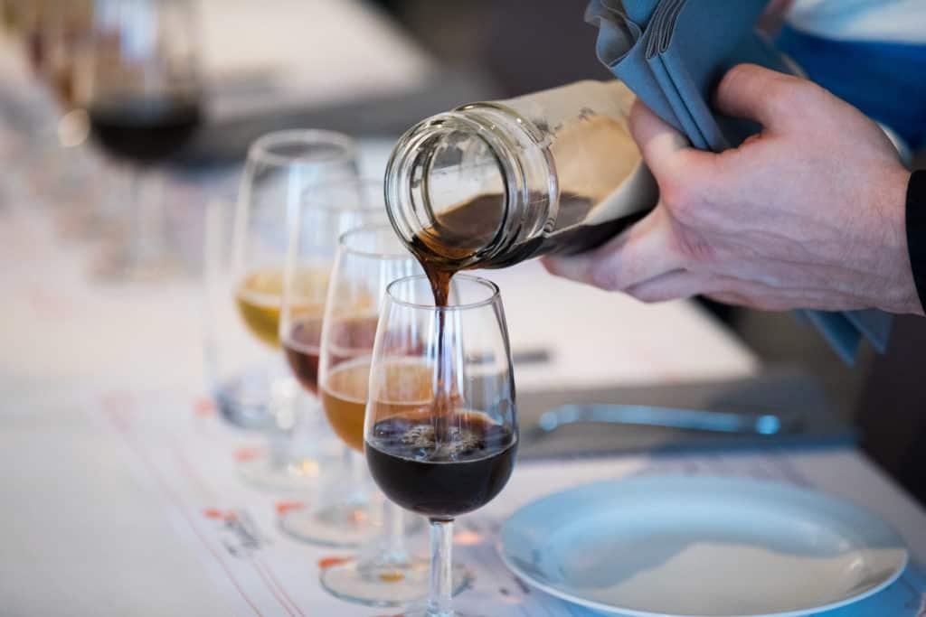 Häller upp öl till ölprovning i fem olika ölglas