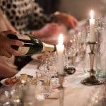 Champagneprovning stockholm när champagne hälls upp i glasen