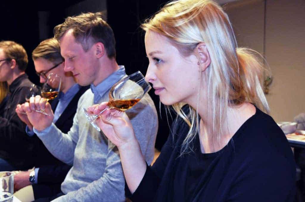 Klassisk Vinprovning med några glada unga deltagare som provar lagrad sherry