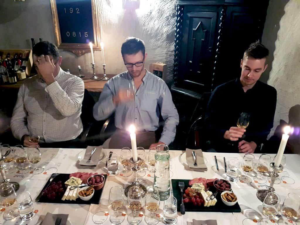 Whiskyprovning i Uppsala med tre män som provar whisk