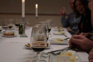 Här är ost och öl uppradat med glada gäster.