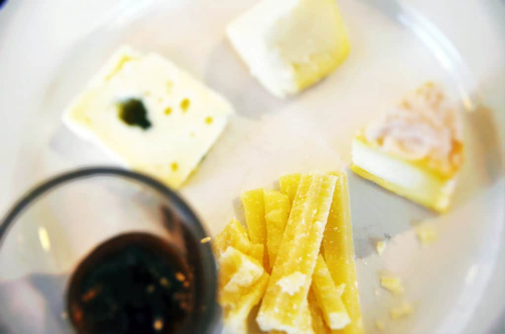 Ost och vinprovning med fem olika ostar