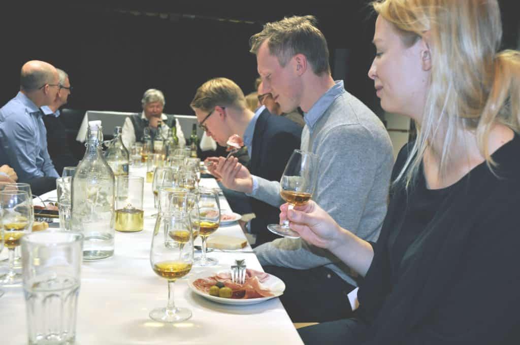 Spritprovning Sverige med dukat bord och glada provningsdeltagare