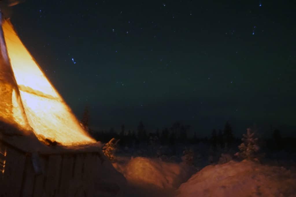 En varm kåta under natthimlen
