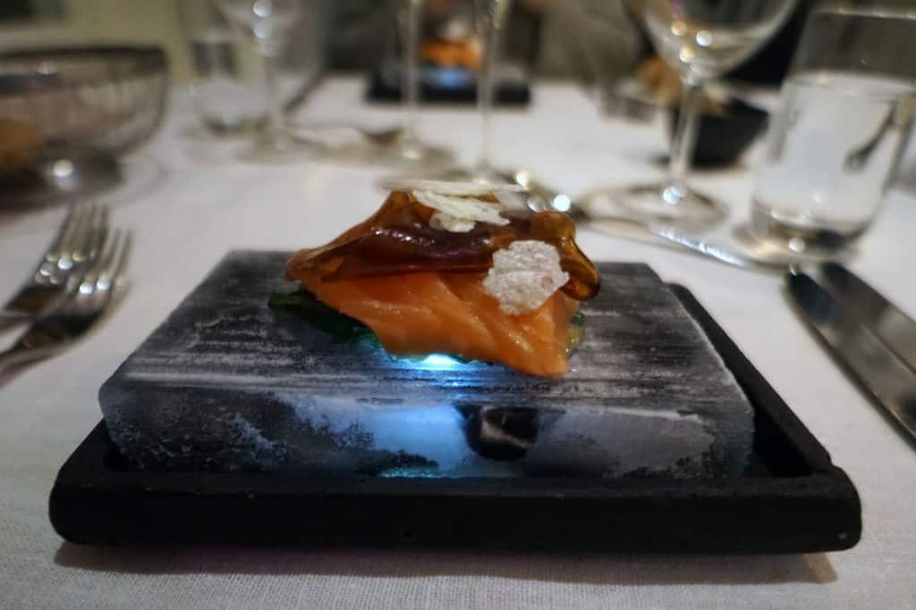 IshotelleIshotellet Restaurang - Frøyalax, wakamesallad, wasabimajonnäs, sojagelé, serverad på ist Restaurang - Frøyalax, wakamesallad, wasabimajonnäs, sojagelé, serverad på is