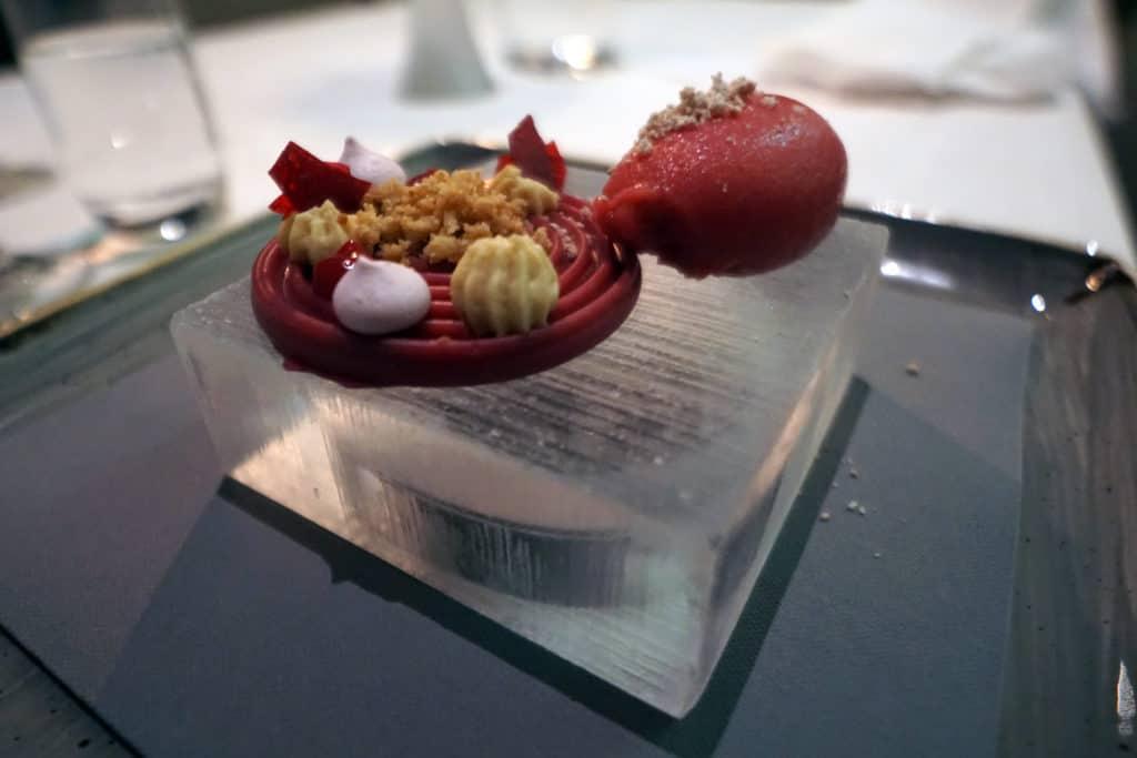Ishotellet Restaurang dessert - vitchoklad, maräng, åkerbärsmassa och hallonsorbet, serverad på is