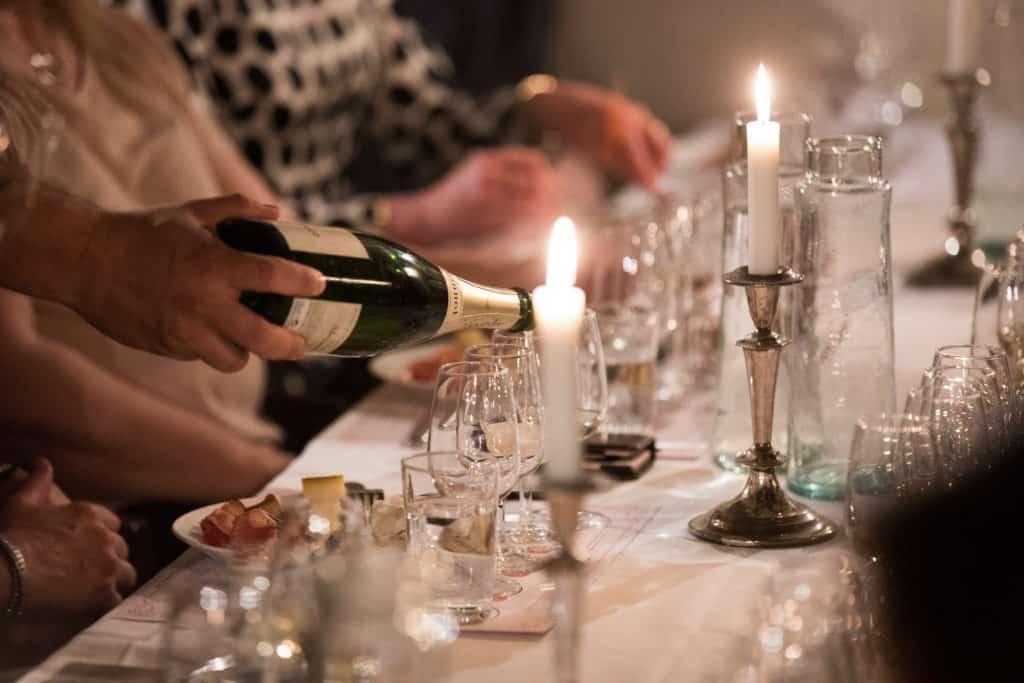 En student blir bjuden på champagne på en upplevelse