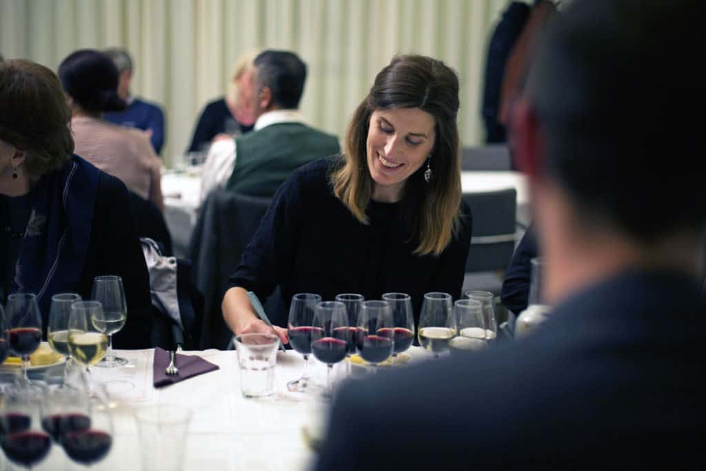 En vinprovning i Gävle med en kvinna som provar vin
