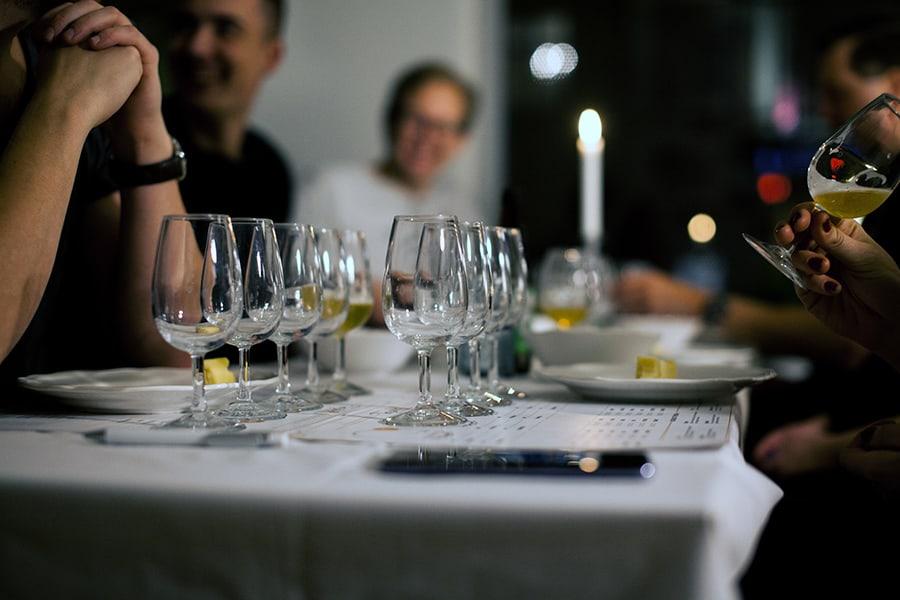 Ölprovning med glada gäster