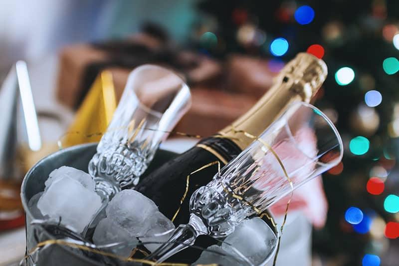 Champagneprovning med champagneflaska och champagneglas i en ishink.