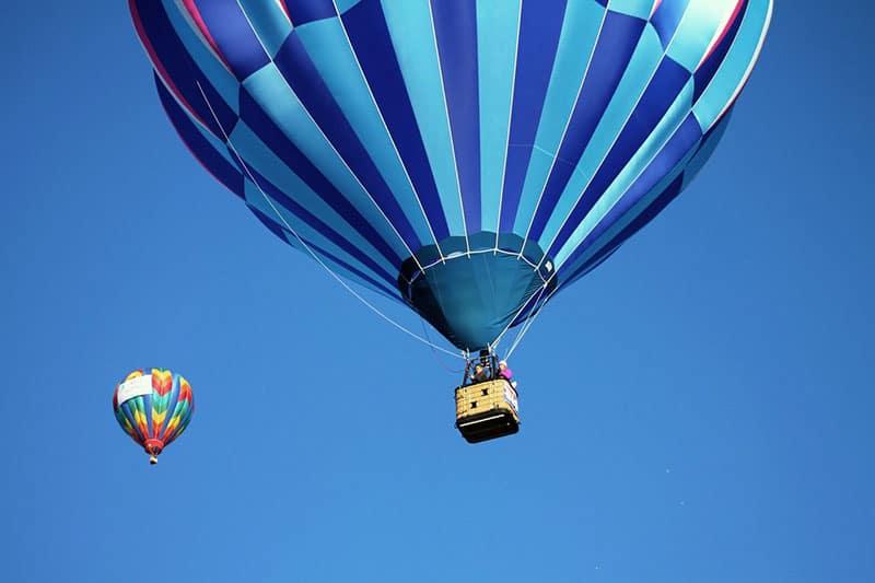 Luftballonger i himlen med utsikt över Stockholm.