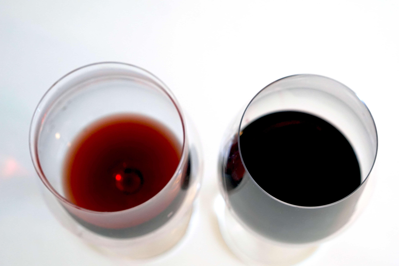 Rött vin i olika färger som matchar olika fiskar