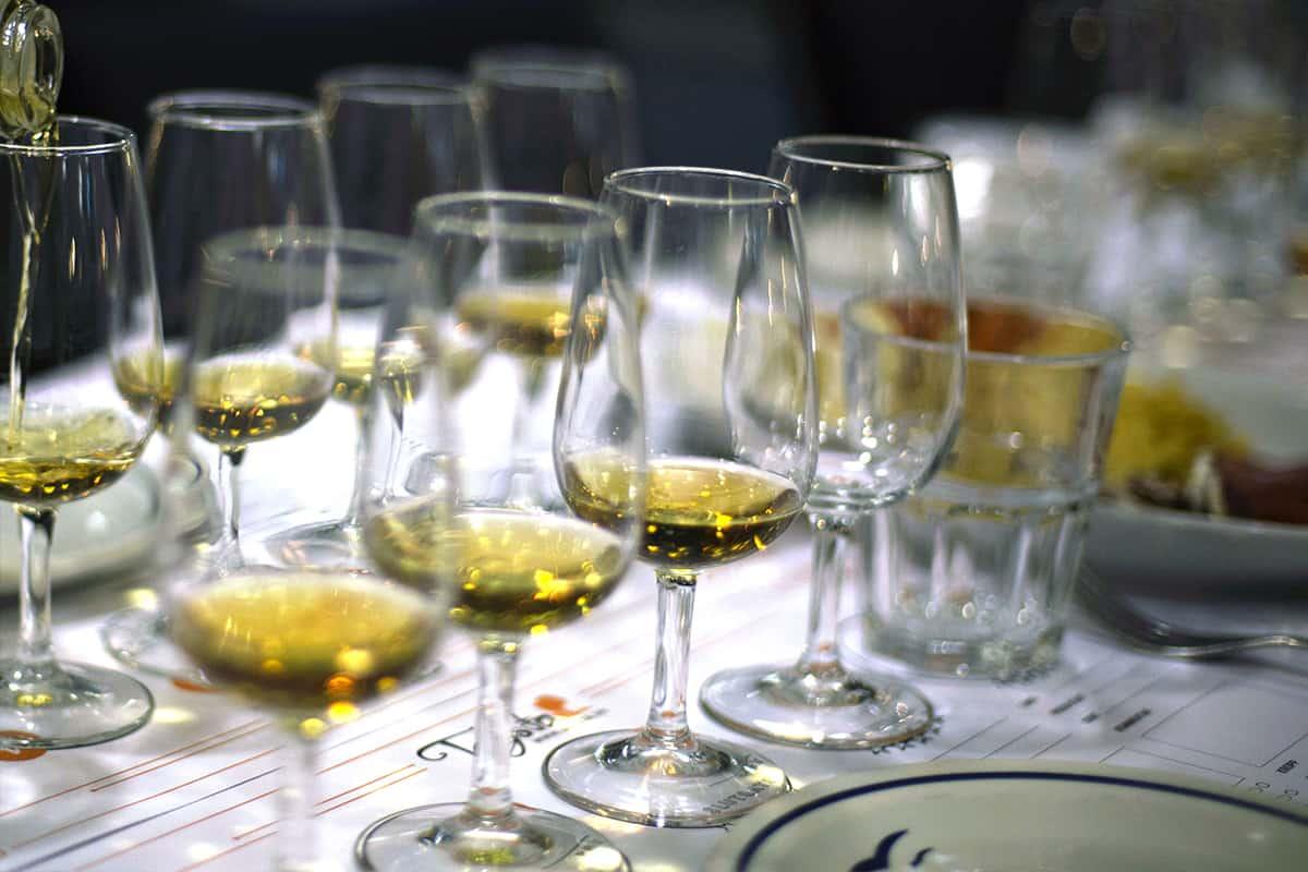 Fler olika glas med olika romsorter på ett provningsunderlägg