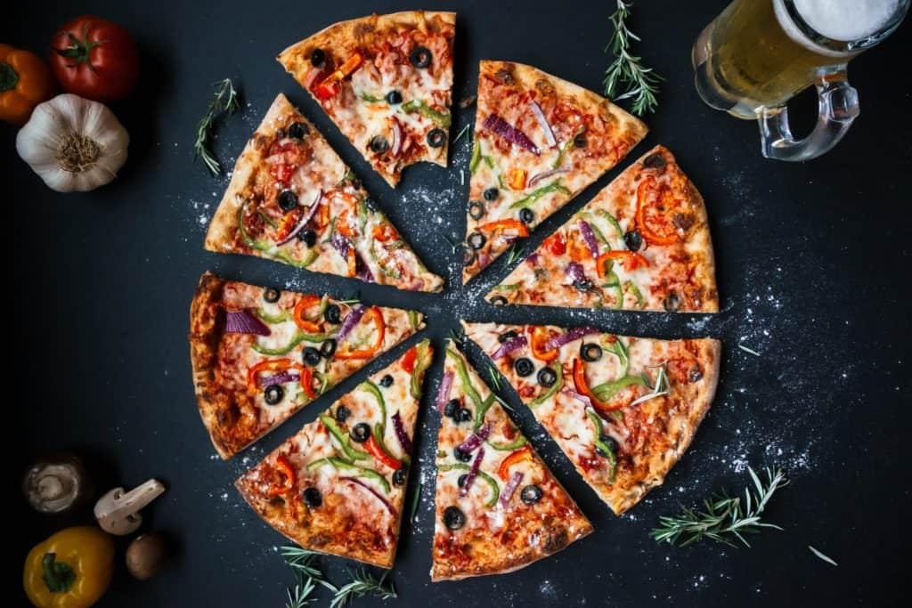 En pizza med öl