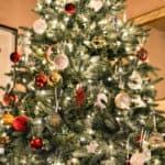 En vacker julgran med fin belysning