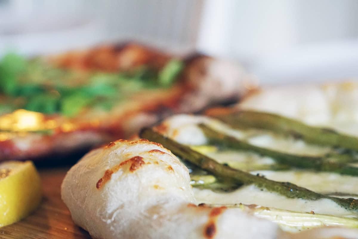 napolitansk pizza bianco från grillen
