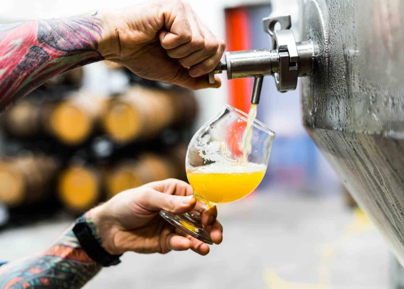 Bästa ölglaset Snifters häller upp öl från tapp